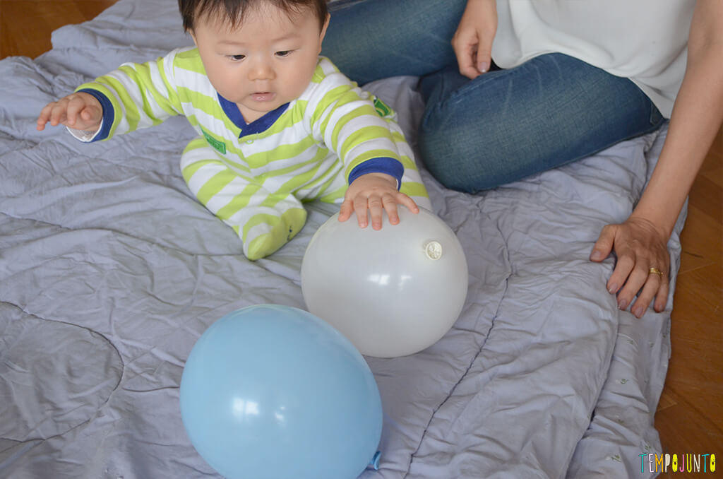 Uma bexiga e muitas brincadeiras para seu bebê - felipe sentado brincando com a bexiga