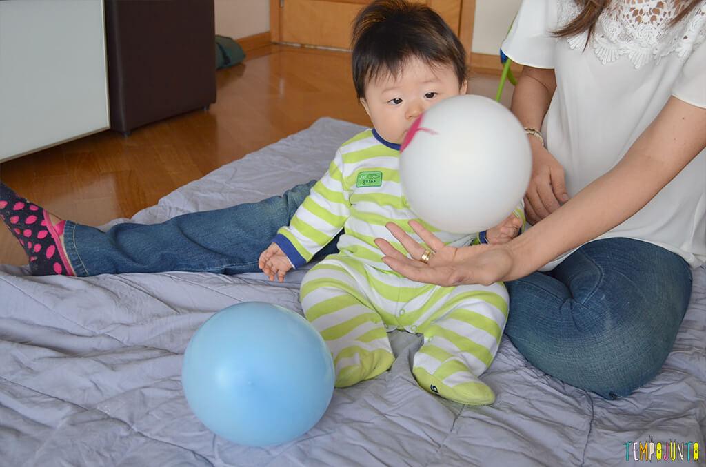 Uma bexiga e muitas brincadeiras para seu bebê - felipe sentado olhando a bexiga