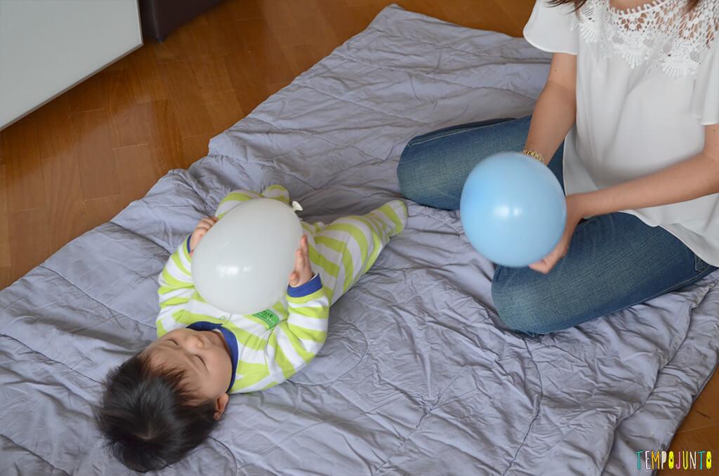 Uma bexiga e muitas brincadeiras para seu bebê - mae segurando a bexiga e felipe brincando