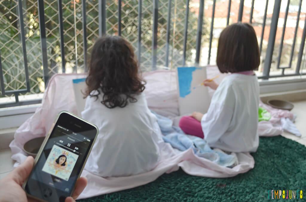 Uma nova forma de brincar de desenhar é acrescentar a dança na receita - meninas pintando com musica