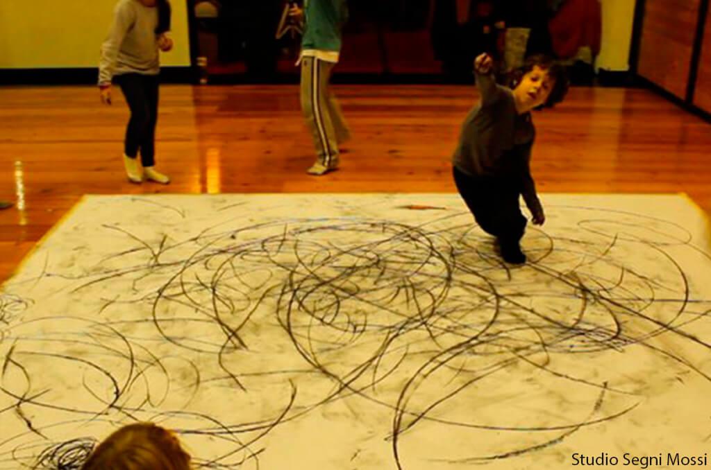 Uma nova forma de brincar de desenhar é acrescentar a dança na receita - menino pintando carvao
