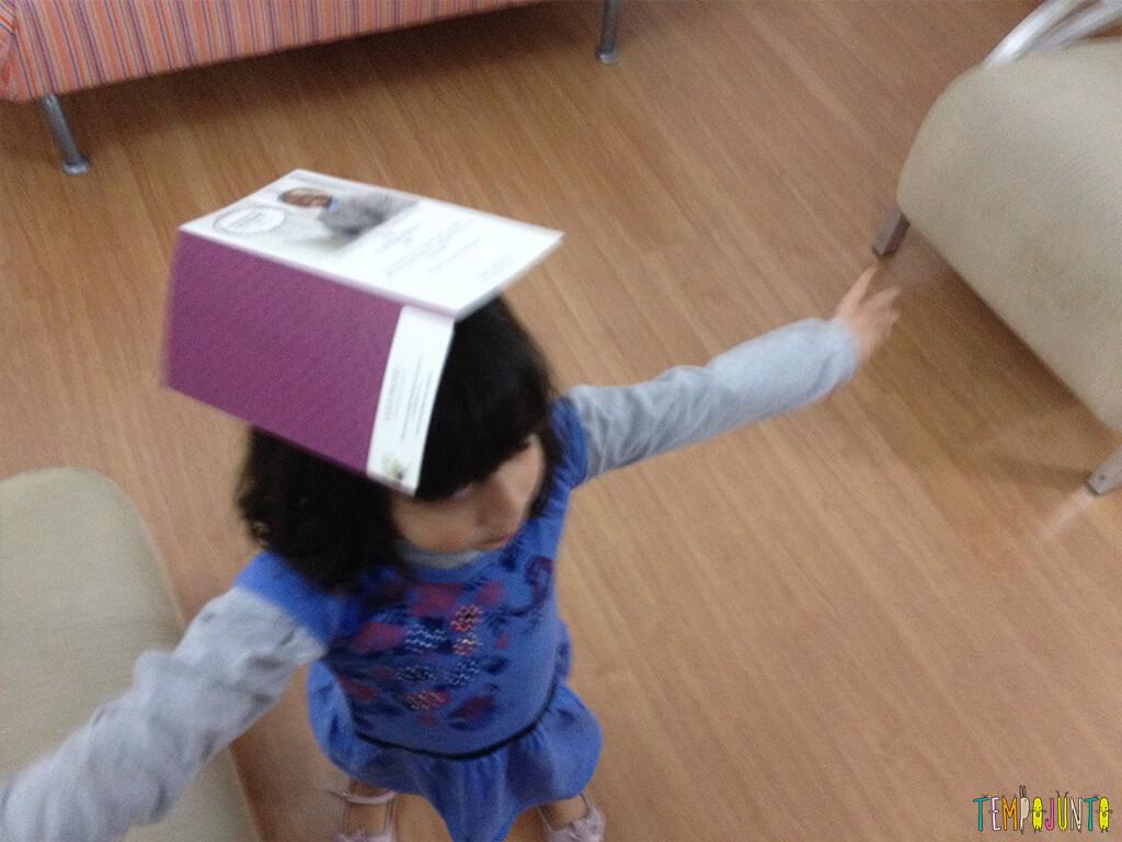 Brincadeira para quem tem 10 minutinhos com uma folha de guardanapo - larissa equilibrando papel
