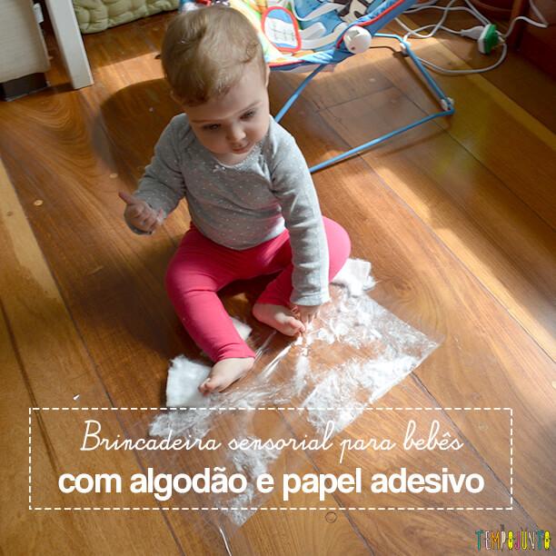 Brincadeira sensorial para bebês com algodão e papel adesivo