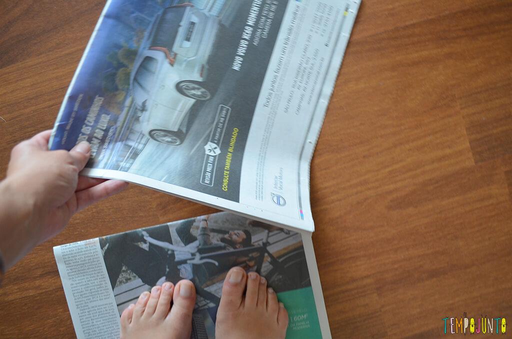 Mais uma gincana de estimulos com jornal e bexiga - jornais nas maos e nos pés
