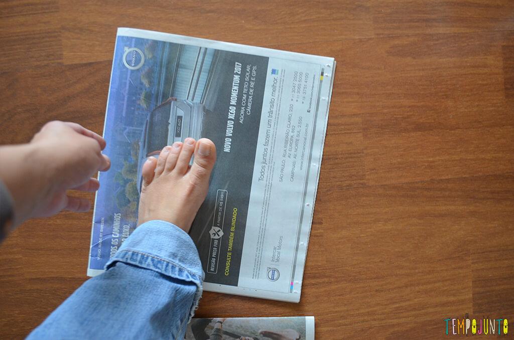 Mais uma gincana de estimulos com jornal e bexiga - jornal com pe da pat