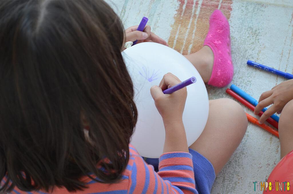 Mais uma gincana de estimulos com jornal e bexiga - larissa desenhando na bexiga.2