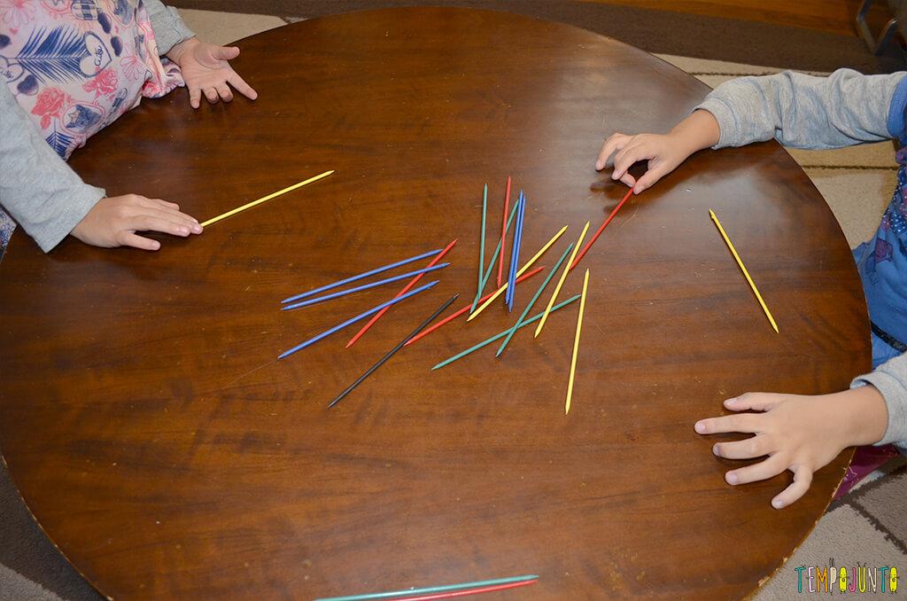 Pega vareta - brincadeira que estimula a coordenação - meninas brincando.1