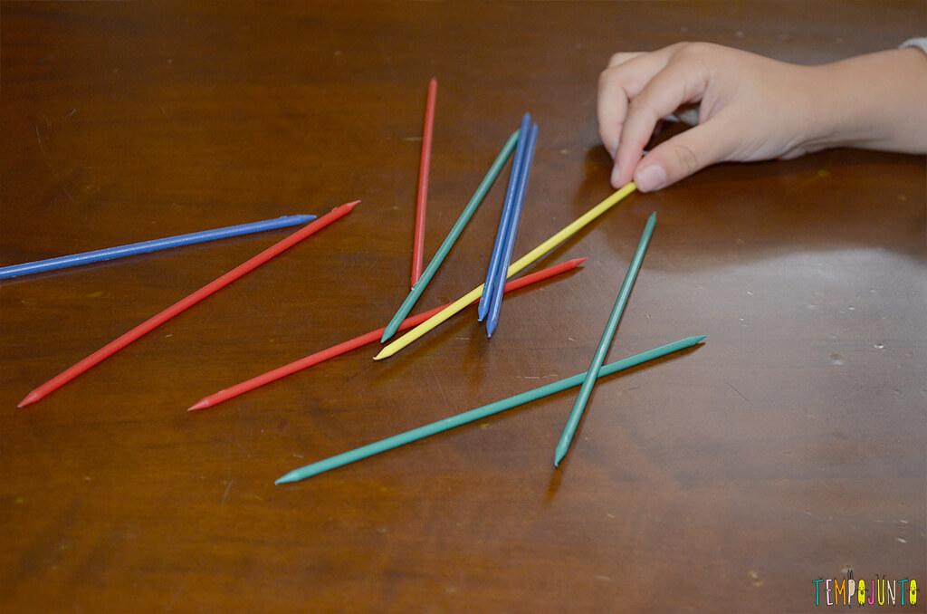 Pega vareta - brincadeira que estimula a coordenação - pat pegando as ultimas varetas