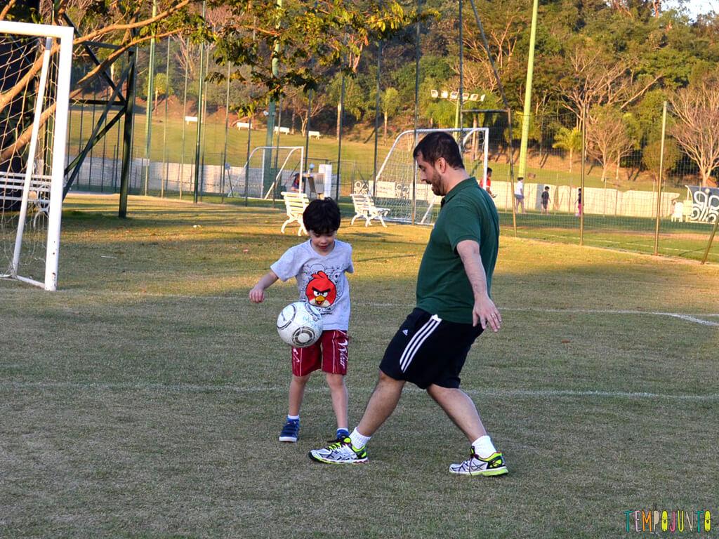 Brincar-de-futebol-homem-a-homem-para-embalar-um-bate-papo_Pai-e-pocoyo-se-divertindo