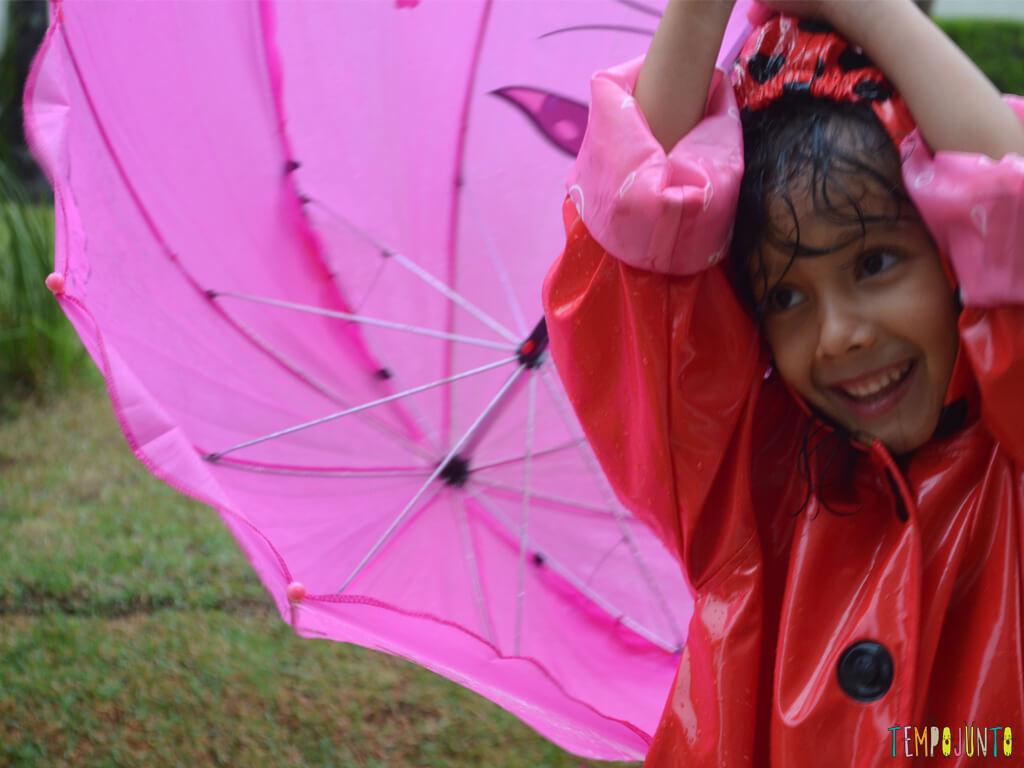 Brincar livre na chuva para criancas a partir de 3 anos_17.51.34_momento fofo na chuva