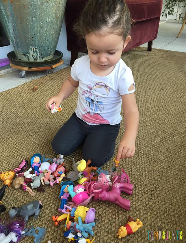Eu Espio - uma brincadeira para o mar de brinquedinhos_10.24.10_Bebe pegando brinquedo