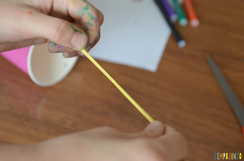 Interação total com as brincadeiras quando se tem entre 3 e 5 anos - elastico cortado