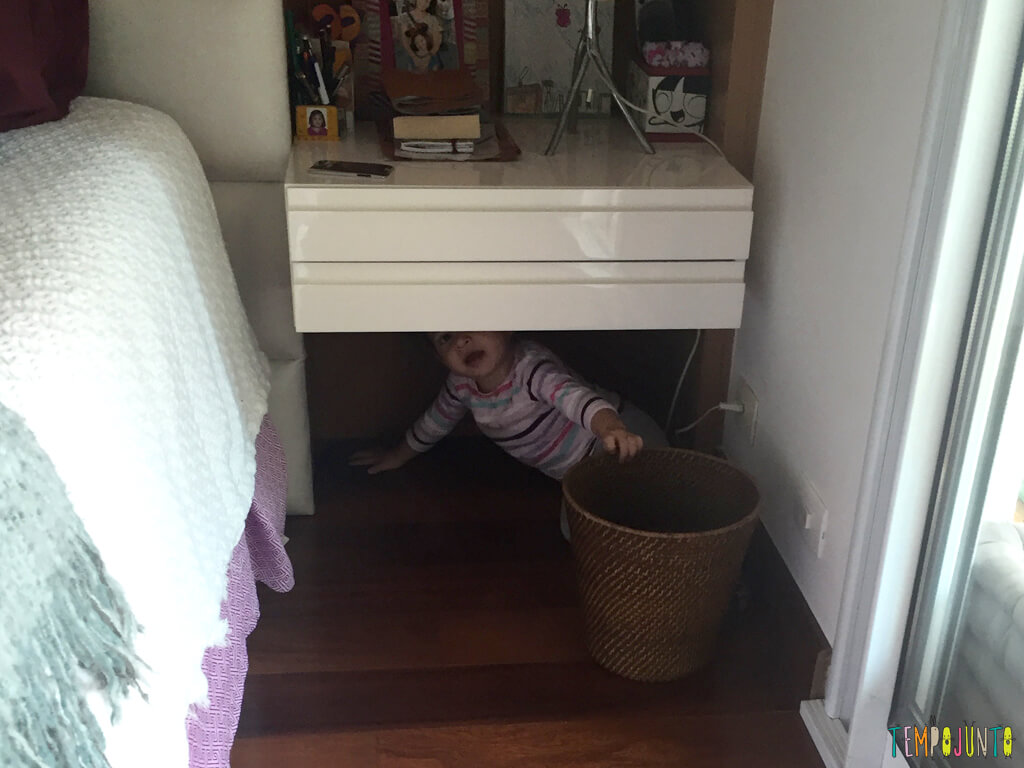 Quando as irmas resolvem inventar uma brincadeira_IMG_4495_gabi-debaixo-da-mesa