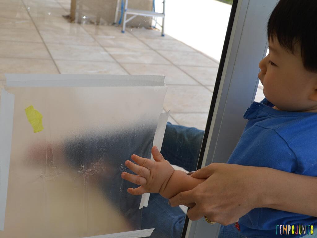 Brincadeira sensorial para seu bebe com papel de seda_13.35.13_Felipe maosinha