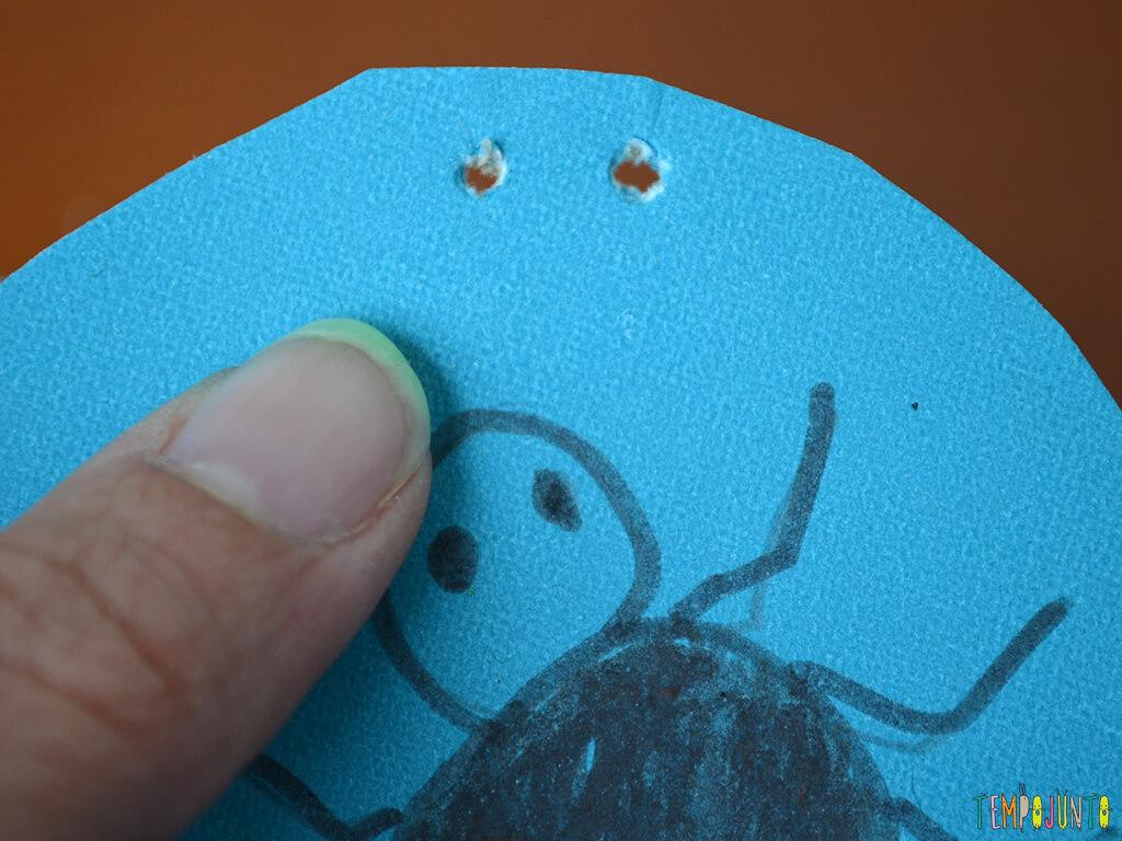 Brincar com a ilusao de otica e colocar a aranha na teia_FOTO-COM-O-CLOSE-DOS-FUROS