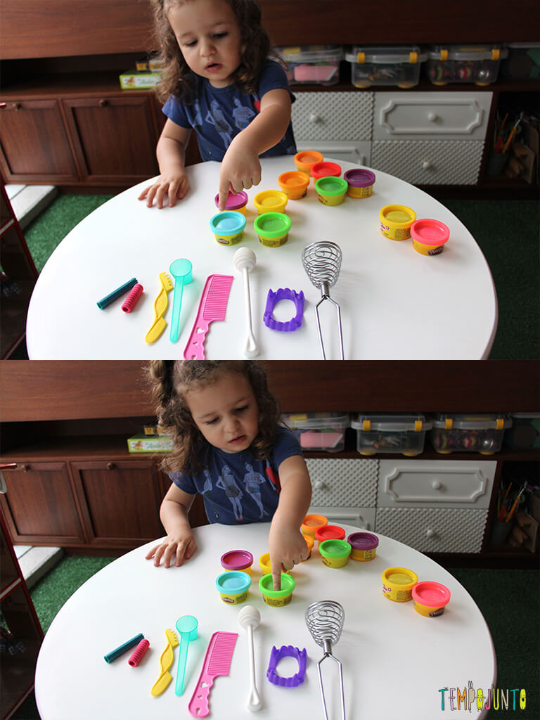 Brincar de massinha e objetos da casa_7212_7213_gabi-apontando2