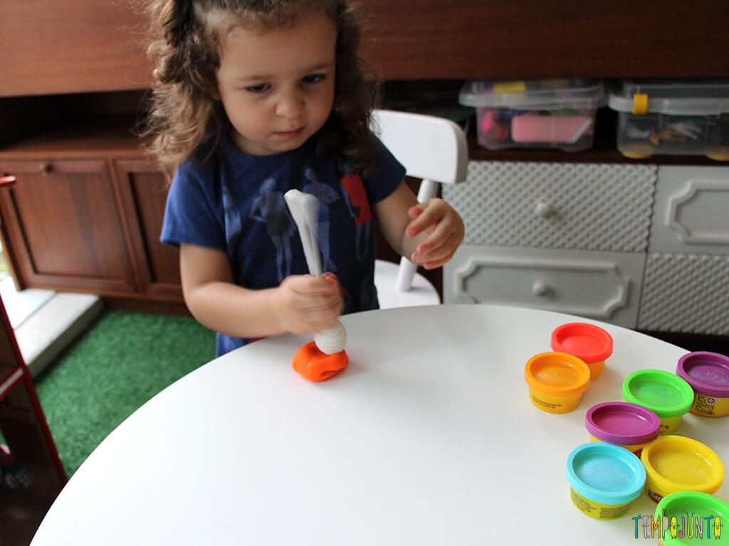 Brincar de massinha e objetos da casa_7215_gabi-amassando-massinha