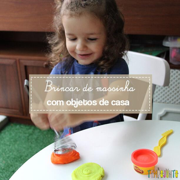 Brincar de massinha e objetos da casa