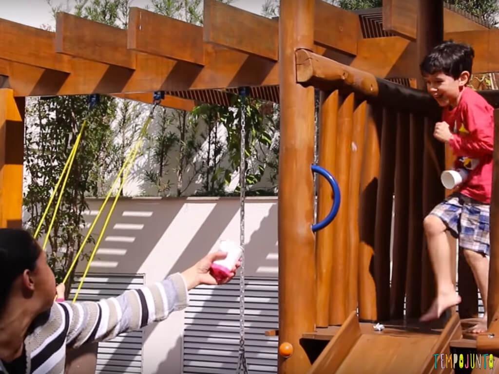 Circuito ao ar livre para celebrar um dia de alegria com as criancas_lancador de bola de papel