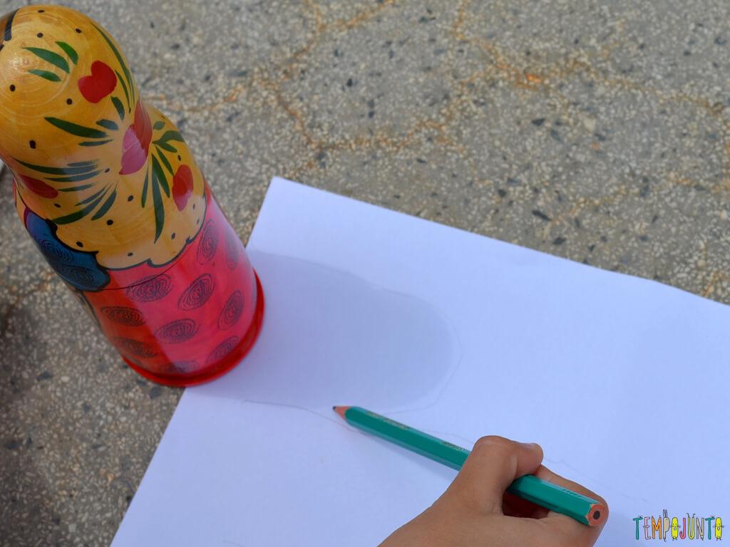 Circuito ao ar livre para celebrar um dia de alegria com as criancas_Sofia-desenhando-a-sombra