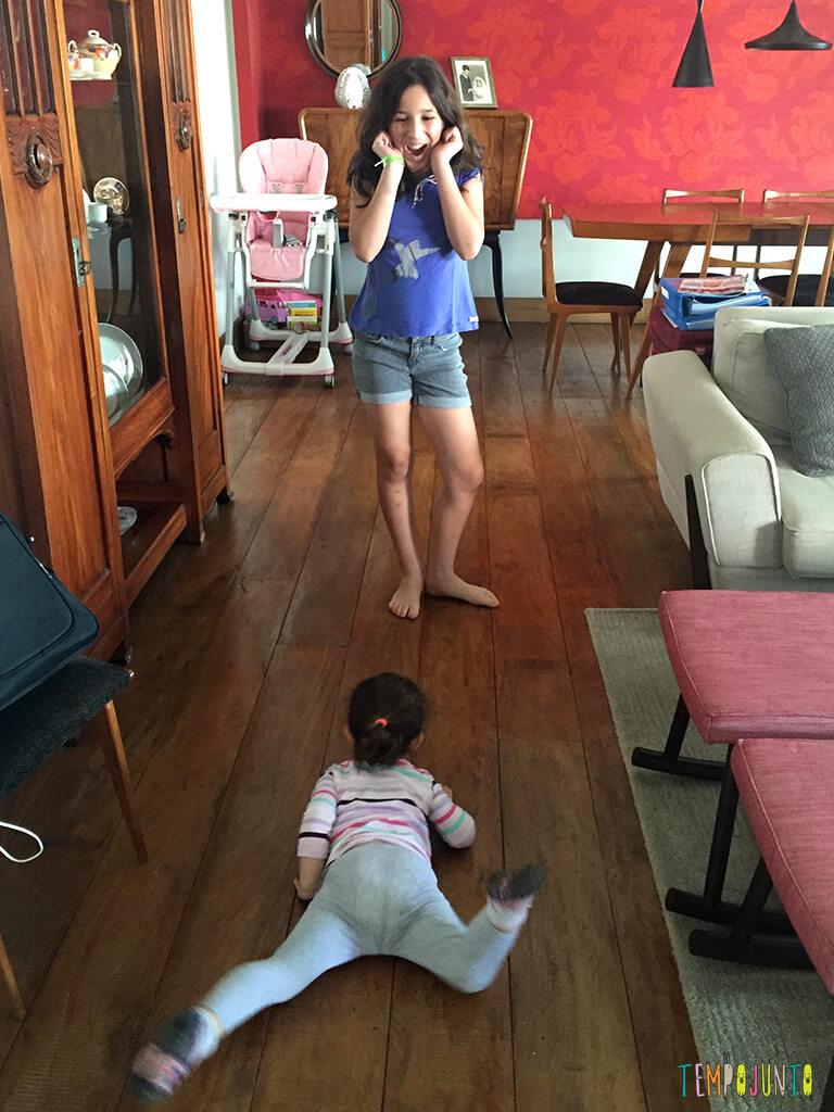 Como brincar com criancas de idades diferentes_IMG_4490_Gabi imitando Cobra