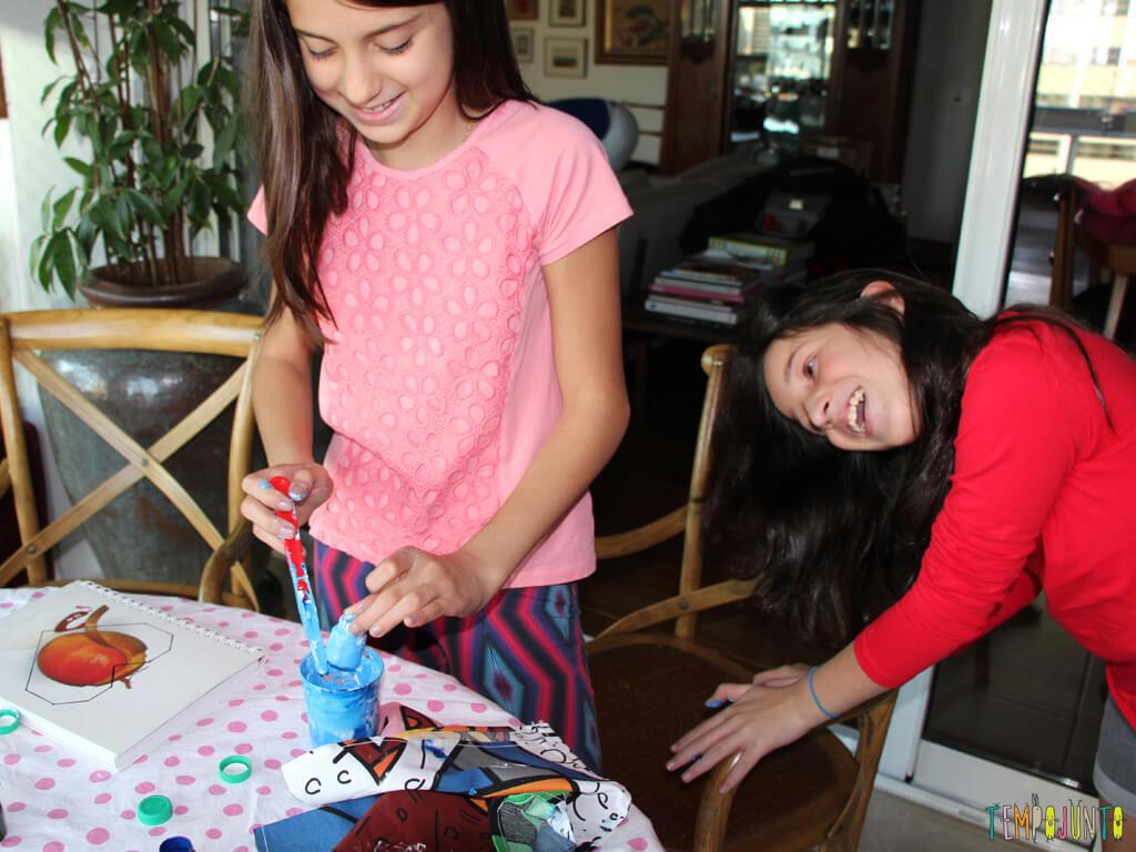 Como customizar um caderno com as criancas_7118_meninas se divertindo com a tina