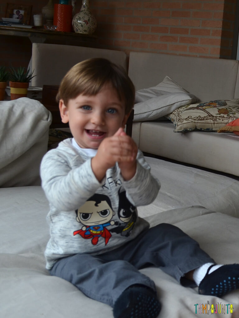 Musica e palhacadas para encantar seu bebe_11.41.29_pietro com as maos unidas
