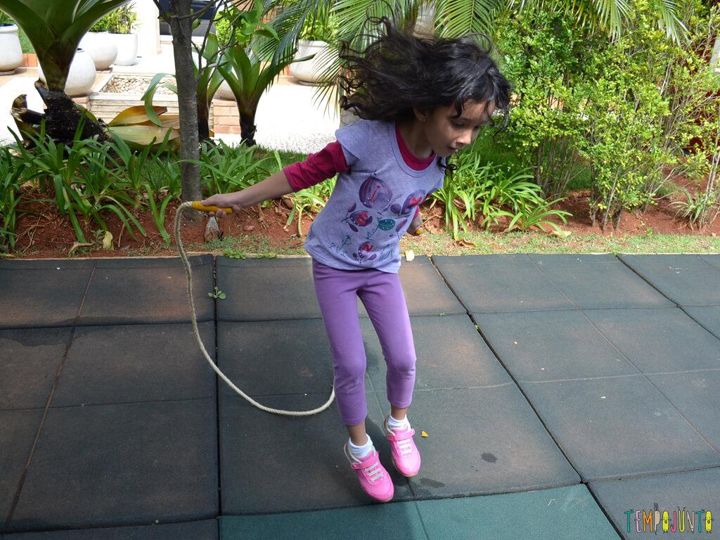 Pular corda para reforcar o vInculo com seus filhos_10.41.58-1_Sofia pulando corda