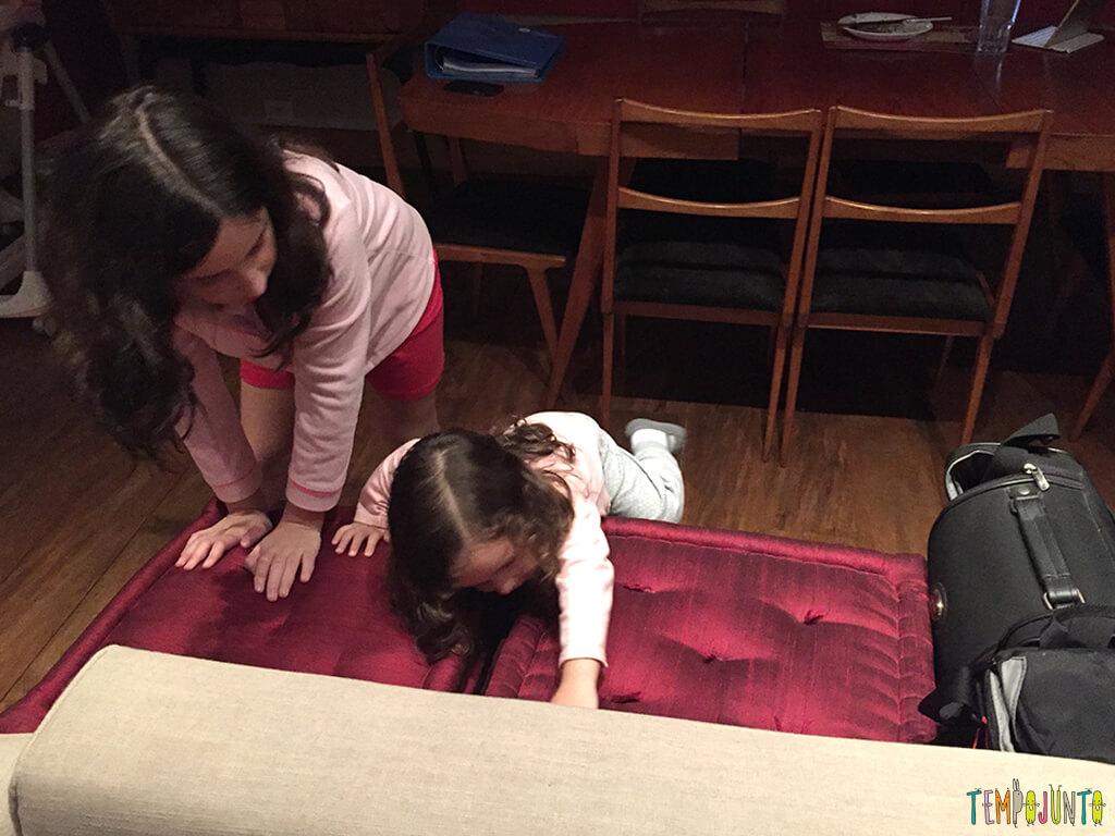 As muitas maneiras de brincar em um sofá_20.14.43_Gabi-e-carol-escalando-sofa