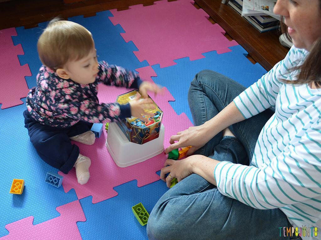 Brinquedos simples para brincar de derrubar com seu bebê_12.00.16_Malu-brincando