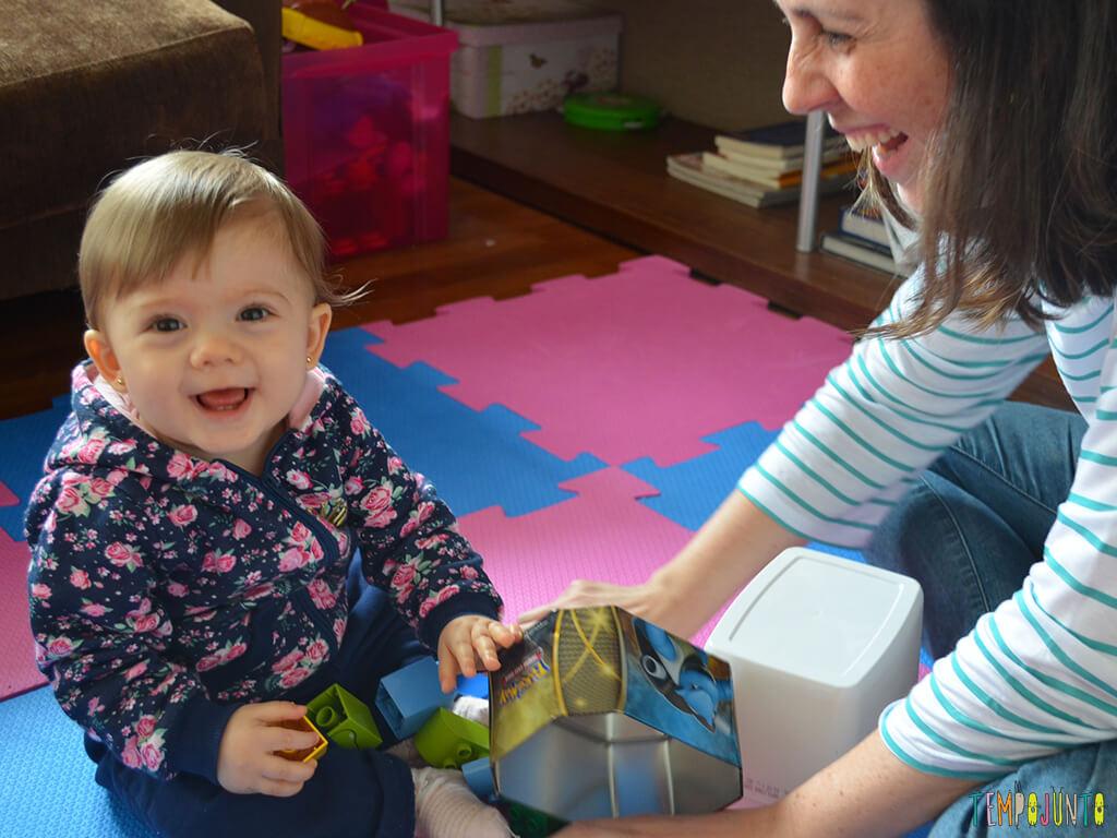 Brinquedos simples para brincar de derrubar com seu bebe_12.00.52_Malu-sorrindo