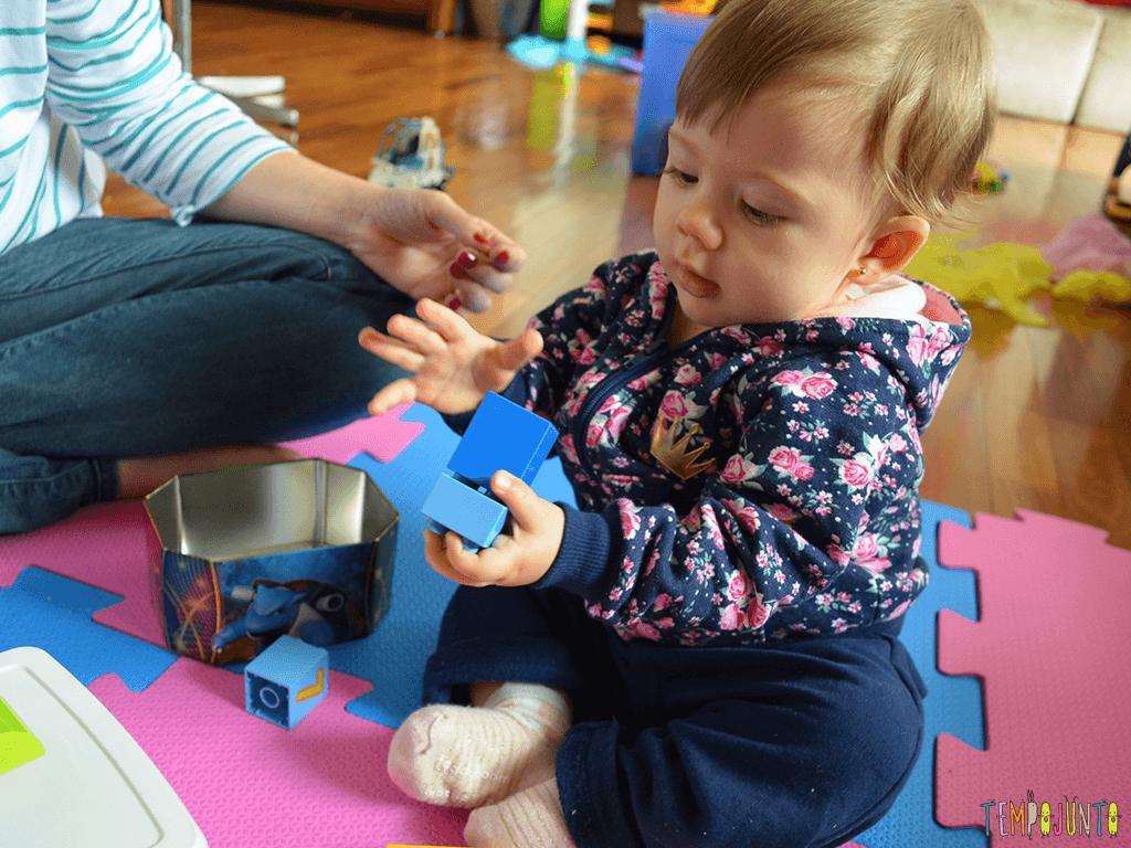 Brinquedos simples para brincar de derrubar com seu bebe_12.01.58_Malu-segurando-bloco