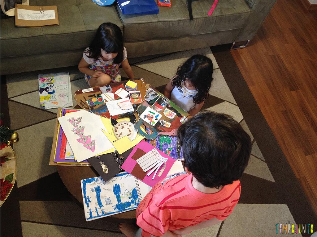 Como guardar de forma prática os trabalhos escolares_criancas-olhando-os-trabalhos