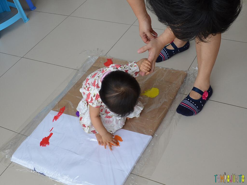 Pintura gigante e sem sujeira para brincar com os bebês_15.11.49_Yukari brincando com tinta