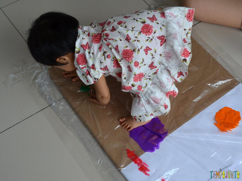 Pintura gigante e sem sujeira para brincar com os bebês_15.12.41_Yukari agachando na tinta