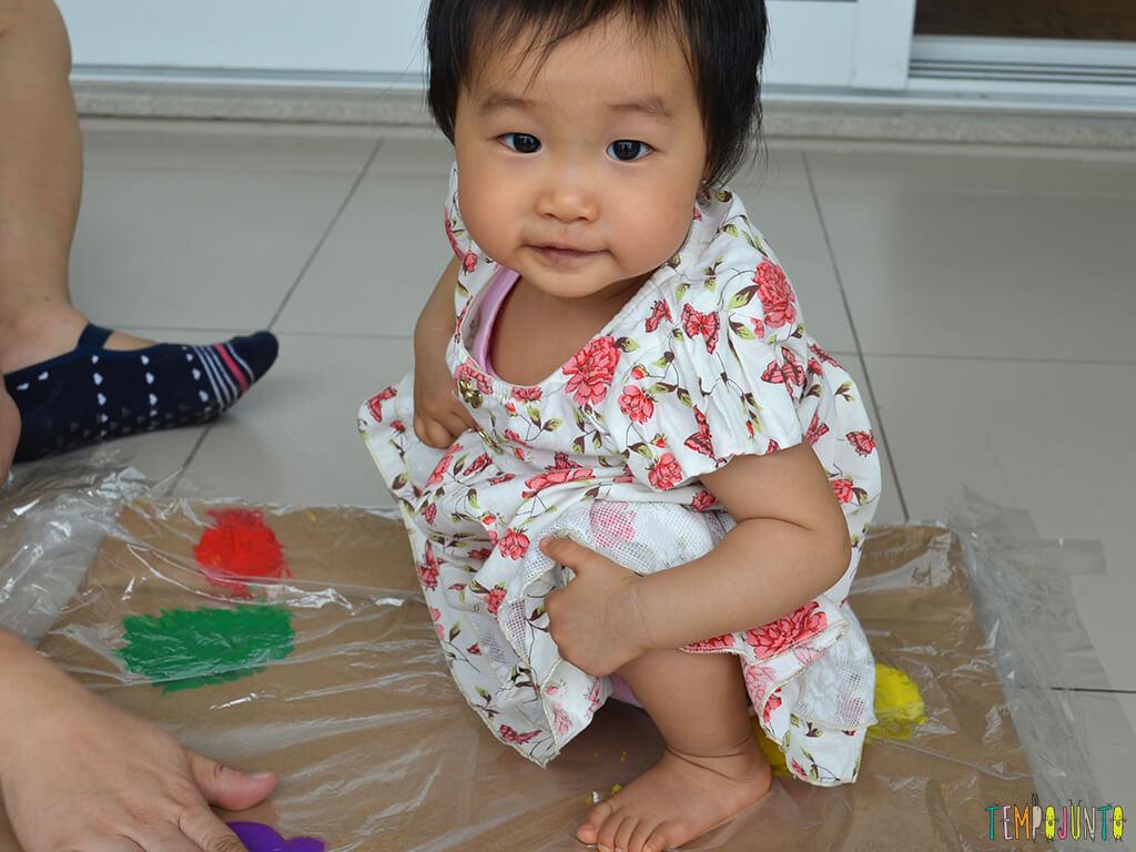 Pintura gigante e sem sujeira para brincar com os bebês_15.13.50_Yukari fofa agachada