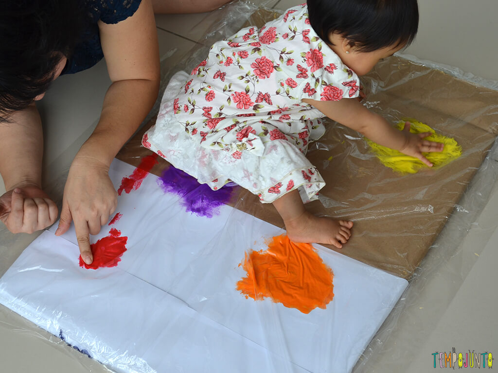 Pintura gigante e sem sujeira para brincar com os bebês_15.15.16_Yukari tocando tinta amarela