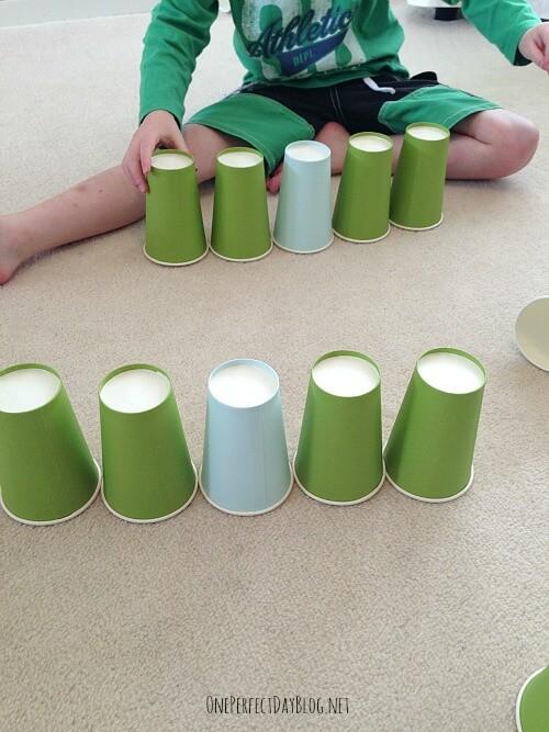 10 maneiras de brincar com copo descartável_reproduzir sequencia