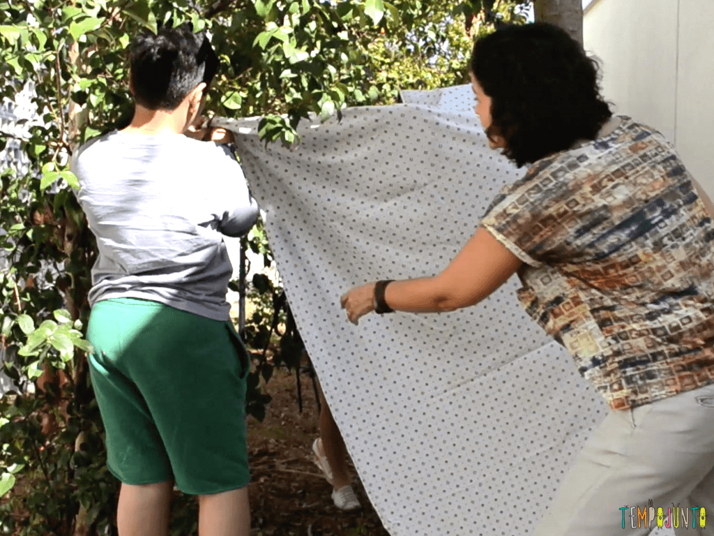 Cabana de lencol no quintal para divertir as criancas_AMARRANDO-LENCO-NO-GALHO