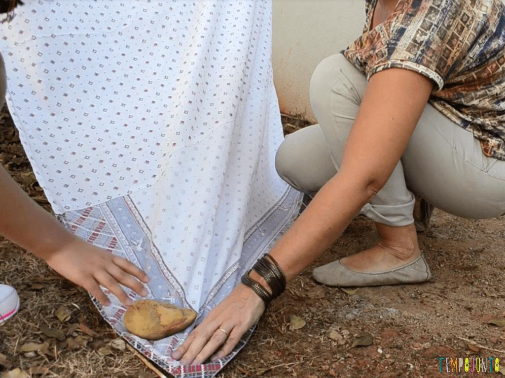Cabana de lencol no quintal para divertir as criancas_FIXANDO-LENCOL-COM-A-PEDRA