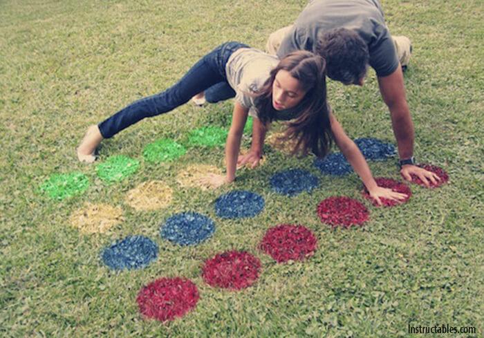 10 dicas de brincadeiras para fazer no quintal - twister na grama
