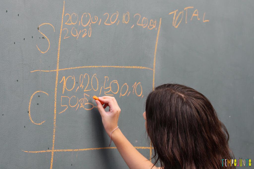 Acerte o alvo com esponja molhada - carol escrevendo a pontuacao