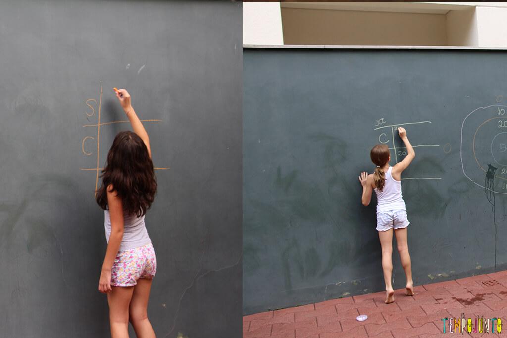 Acerte o alvo com esponja molhada - meninas escrevendo pontuacao