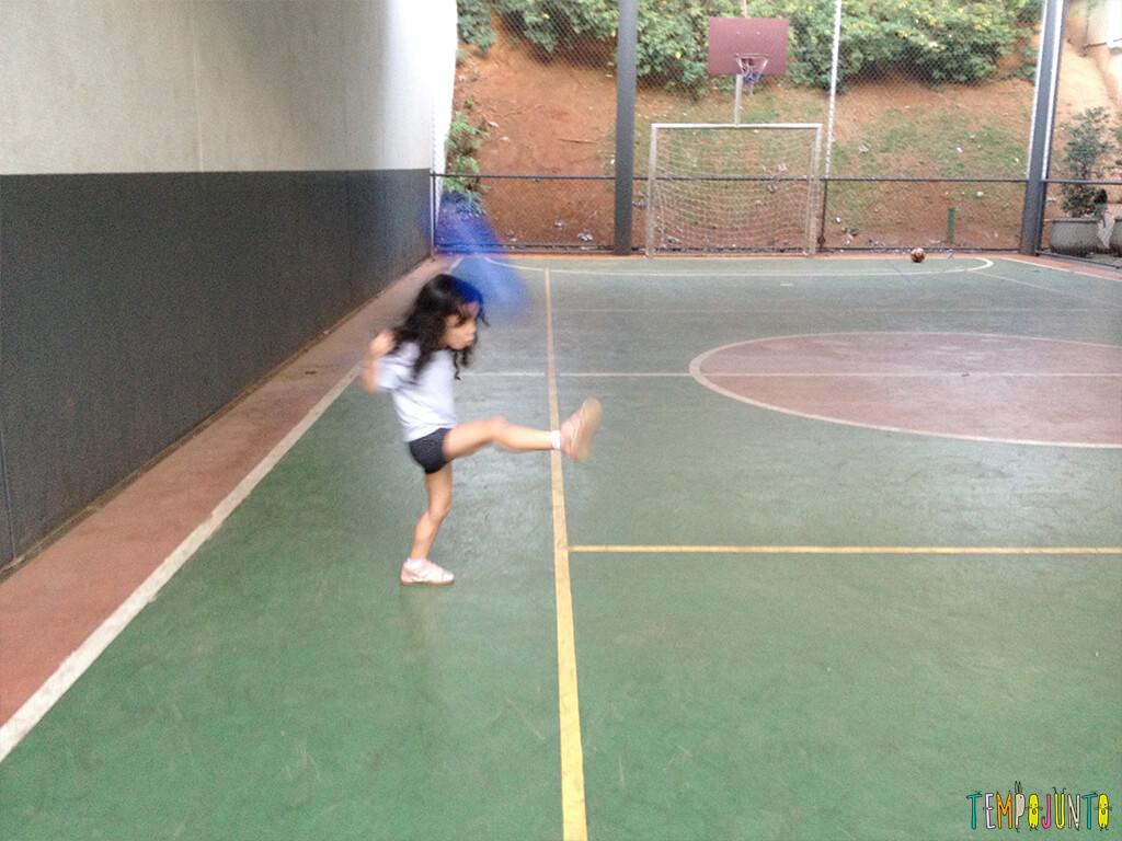 Brincadeira simples com bola para um momento ao ar livre - Sofia chutando a bola