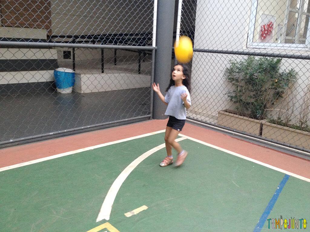 Brincadeira simples com bola para um momento ao ar livre - sofia jogando a bola pra cima