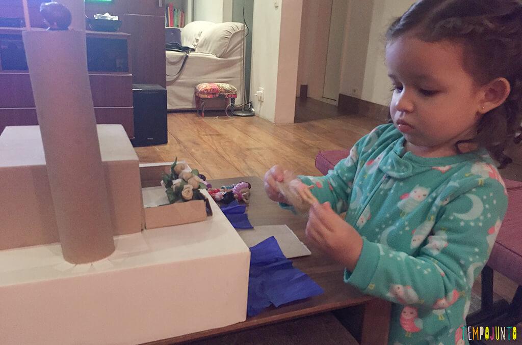 Como transformar sucatas em brinquedos - gabi brincando com o castelo