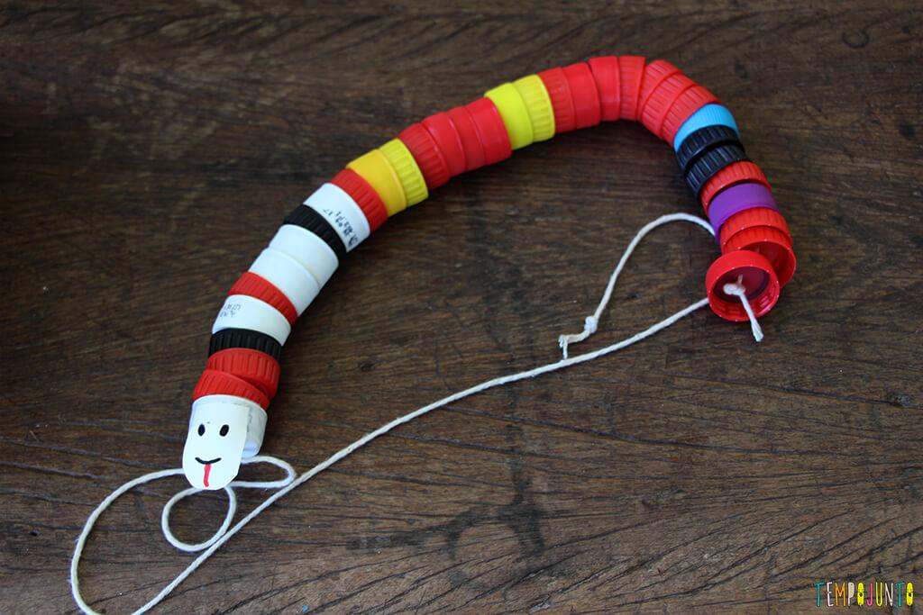 Como transformar tampas de garrafa em brinquedo - cobrinha pronta