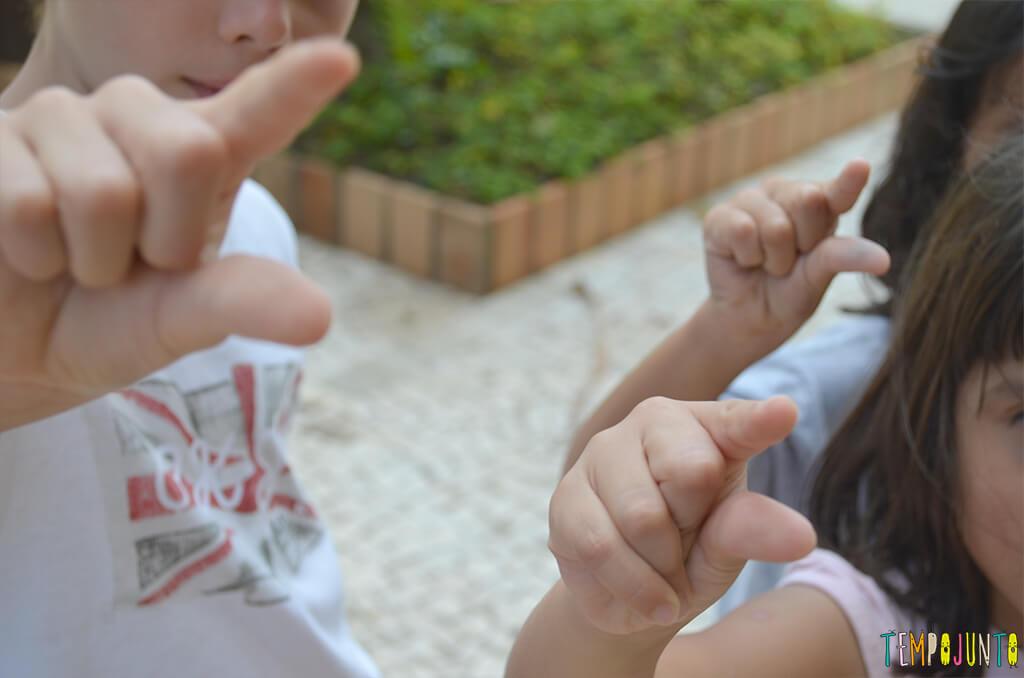 Boomerang - criancas fazendo pinca com o dedo