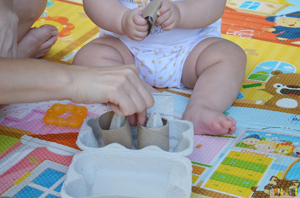 Brincadeira de coordenação com rolo de papel e caixa de ovos - maozinhas mexendo