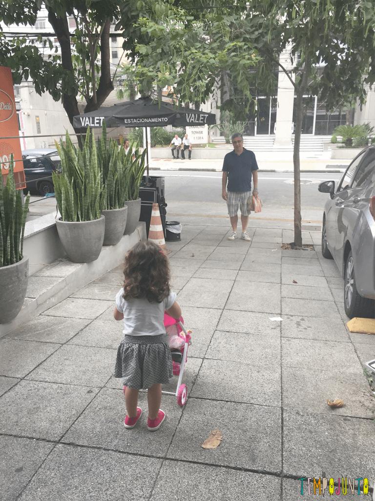 Quando o passeio na rua vira uma grande brincadeira - gabi com o papai